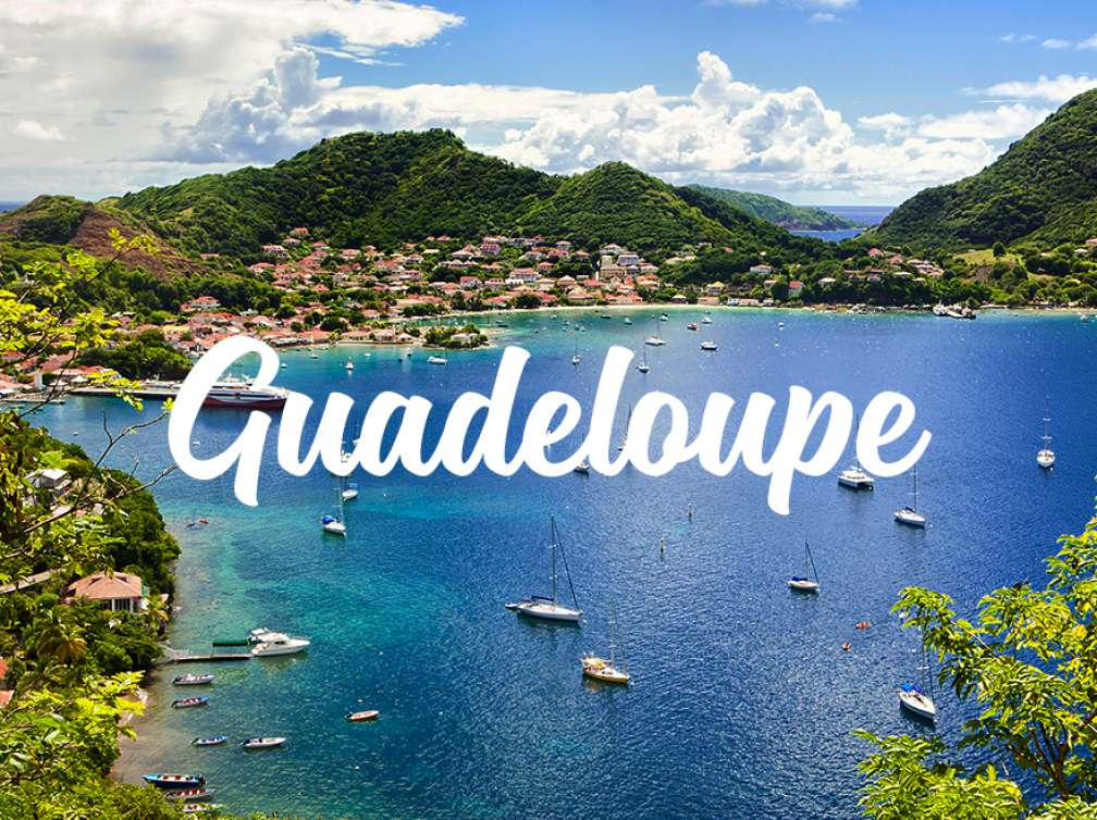 Panorama mer maisons et collines en Guadeloupe